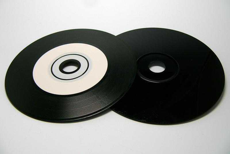 裏面も黒いアナログレコード風CD...